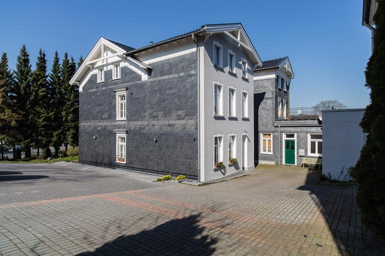 Privatprojekt Arnulf Knoch Fertiges Haus mit Hofblick